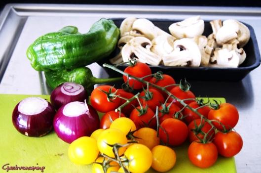 Brochetas mixtas de embutidos y vegetales