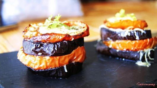 Milhojas de berenjena tomate y queso